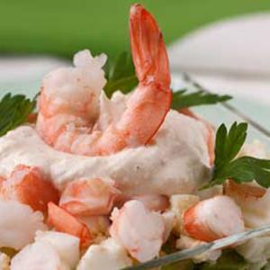 Слоёный салат с тунцом и креветками